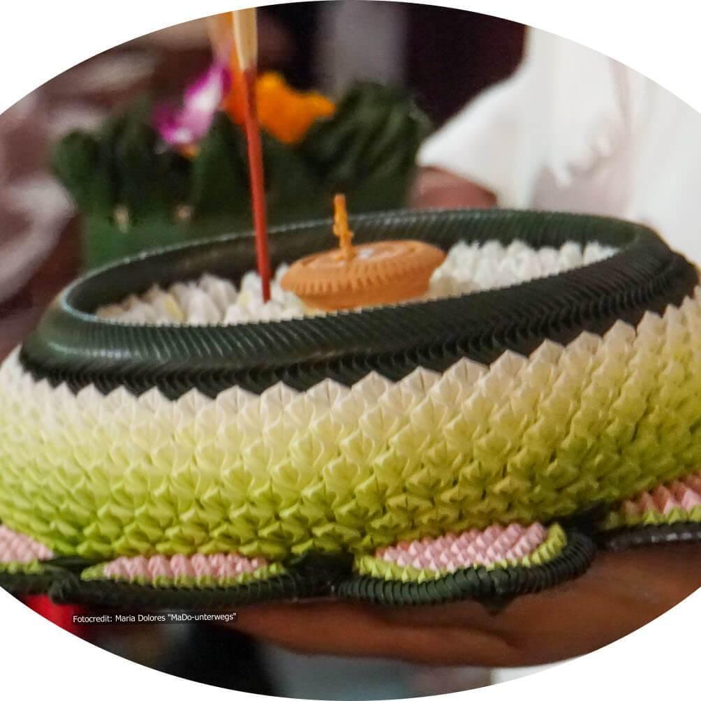 Krathong aus Bananenblättern mit Kerze und Räucherstäbchen geschmückt (Reisetagebuch «Thailand als Alleinreisende ohne Roller entdecken»)