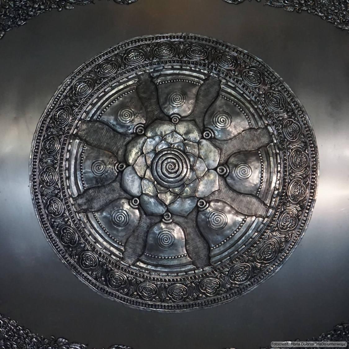 Wat Sri Suphan (silberner Tempel) in Chiang Mai: Deckenverzierung im Ubosot (Reisetagebuch «Thailand als Alleinreisende ohne Roller entdecken»)