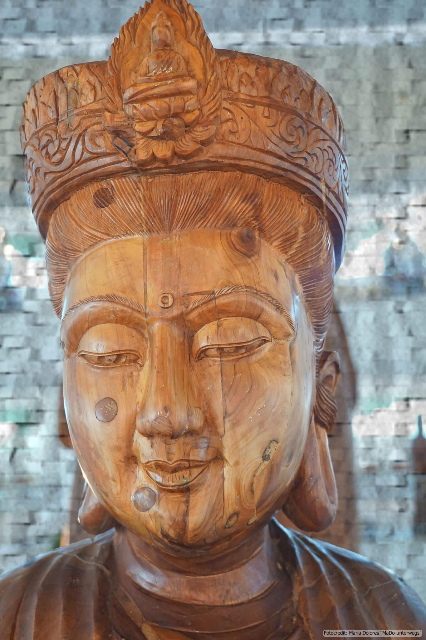 Wat Huay Pla Kang in Chiang Rai - im Inneren des Chedi: Holzstatue (Reisetagebuch «Thailand als Alleinreisende ohne Roller entdecken»)