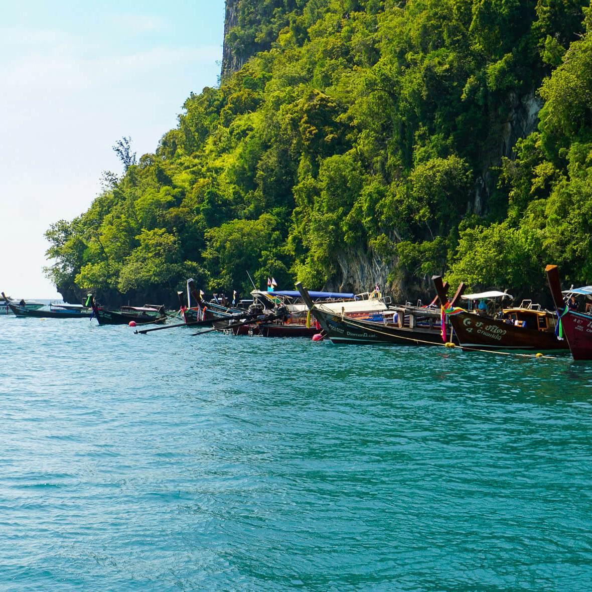 Longtail-Boote und Speed-Boote warten vor Koh Hong (Hong Island) in der Andamanensee (Reisetagebuch «Thailand als Alleinreisende ohne Roller entdecken»)