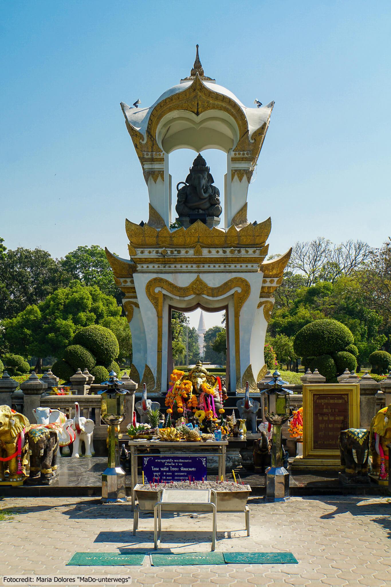 Sanam Chandra Palastanlage in Nakhon Pathom - Ganesha Schrein mit Phra Pathom Chedi im Hintergrund (Reisetagebuch «Thailand als Alleinreisende ohne Roller entdecken»)