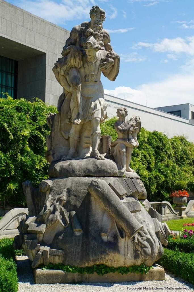 Springbrunnen - Statue #Äneas flieht aus brennenden Troja und trägt Anchises# - Element Feuer: Mirabellgarten [10 Tage Roadtrip Salzburg]