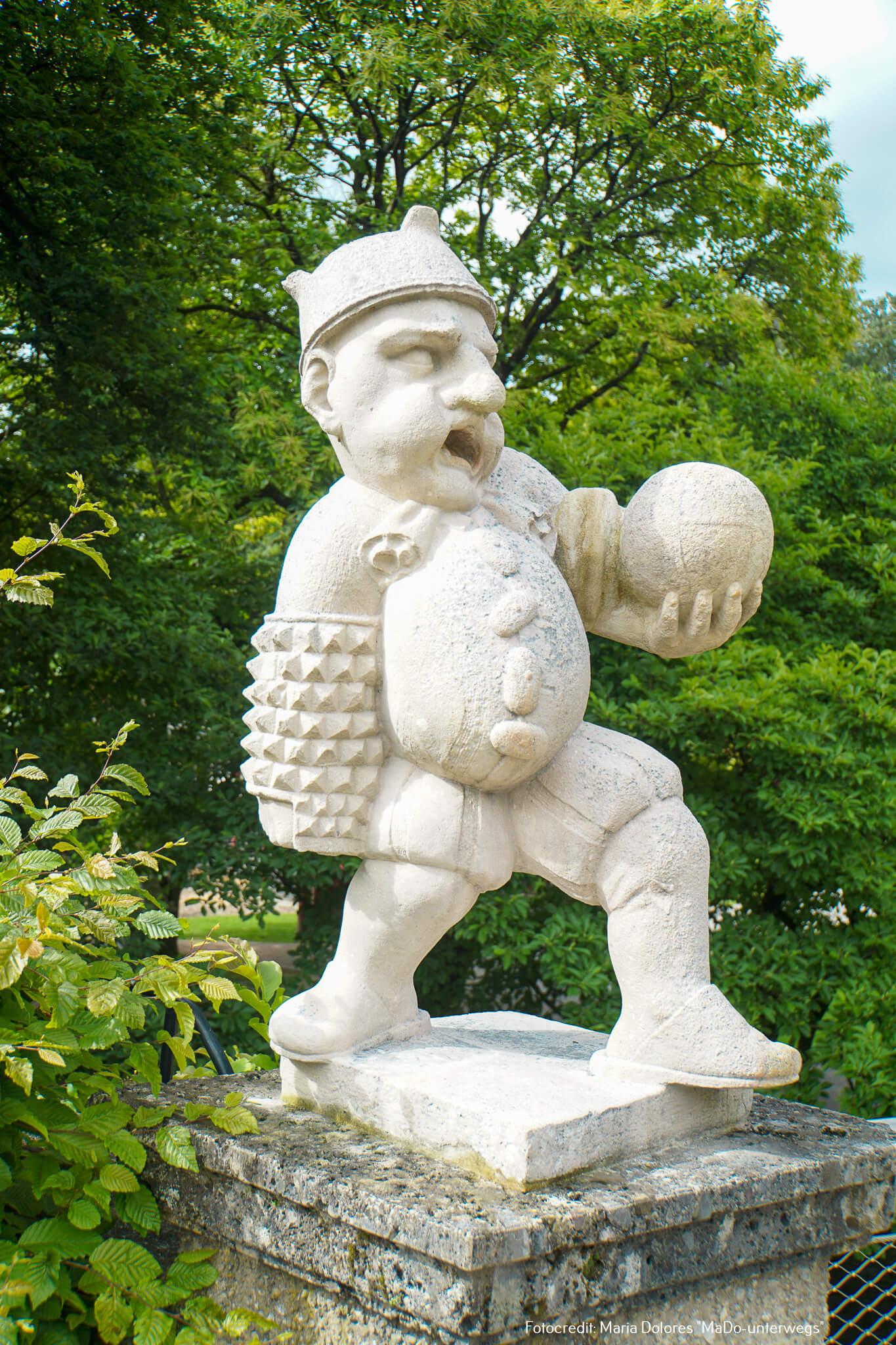 Zwerg mit Ball: Eingang des kleinen Bastionsgartens - Zwergerlgarten - Mirabellgarten [10 Tage Roadtrip Salzburg]