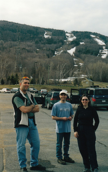 Photo par MadPat: 1 mai 2004. Mont Ste-Anne, versant sud. Éric, Lucky et SuperNat.