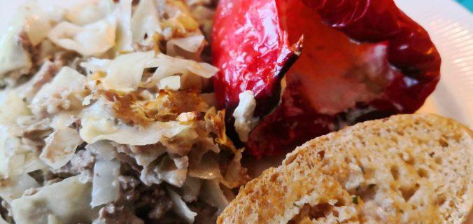 Fyldte peberfrugter på bund af spidskål og oksekød.