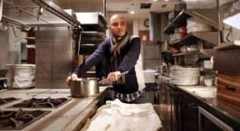 Manuel Domínguez en su flamante cocina del nuevo Lua