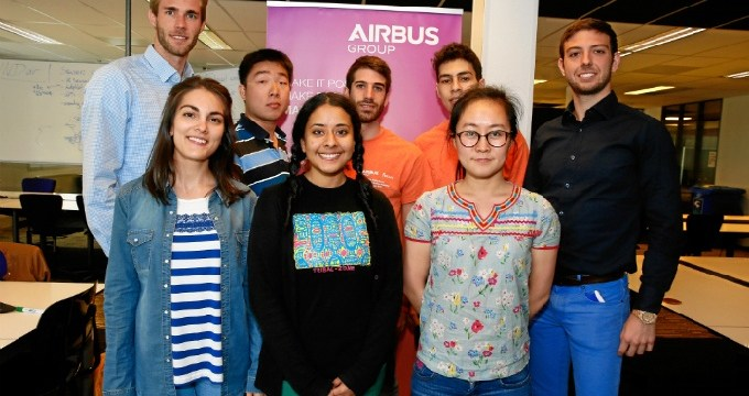 Dos estudiantes procedentes de univesidades madrileñas en la semana académica de Airbus en Holanda