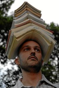 YiFan, con su trabajo 'Gritando', de cuerda floja, equilibrio con libros y danza de alfombra.