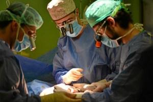 Cirujanos durante una cirug-a en el Hospital 12 de Octubre