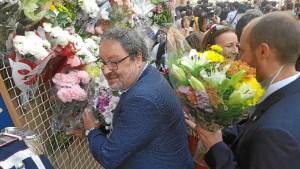 Las autoridades depositaron ramos de flores junto al lienzo durante la ofrenda.