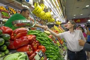 Marta Higueras saludando a uno de los vendedores del mercado Guillermo de Osma.