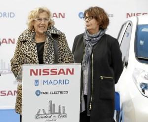 La alcaldesa presenta los nuevos taxis 100 por 100 eléctricos que ya circulan por la ciudad.
