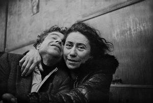 Más de 300 fotografías reviven las noches de este café de Hamburgo entre 1968 y 1970 y sus clientes habituales, prostitutas, proxenetas, travestis e indigentes.