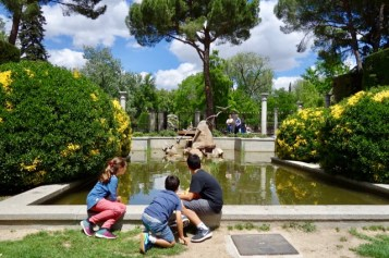 Viendo los patos en los Jardines de Cecilia Rodríguez