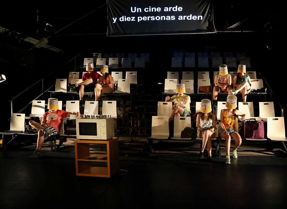 UN CINE ARDE Y DIEZ PERSONAS ARDEN en Nave 73