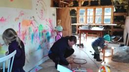 Vi lavede malerværksted indvendigt i huset, og man måtte tegne på alle væggene