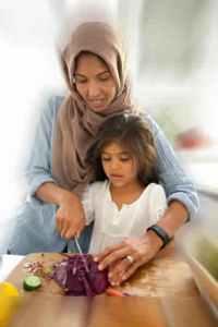 menyiaapkan makanan bersama anak