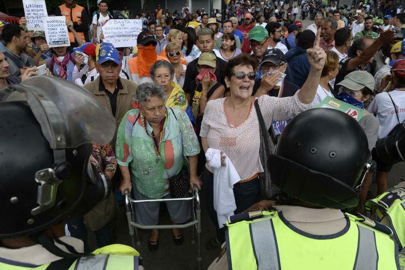 abuelos-ancianos-tercera-edad-jubilados-manifestacion-opositores-protesta-12M-2-09
