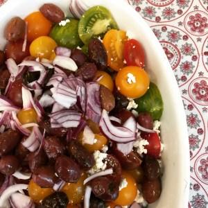 Tomatsalat med løg og oliven