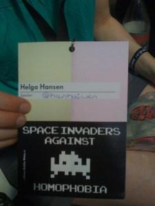 Rp12-Tickt, auf der unteren Hälfte klebt ein schwarzer Aufkleber: space invaders against homophobia