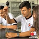 Aula prática no laboratório de Ciências
