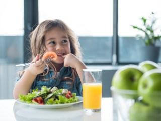 Algumas crianças mais dificuldade em comer. Muitas delas não gostam de verduras e outras comem pouco. Porém, algumas atitudes dos pais podem ajudar nessa empreitada. Confira e faça seu filho comer melhor.
