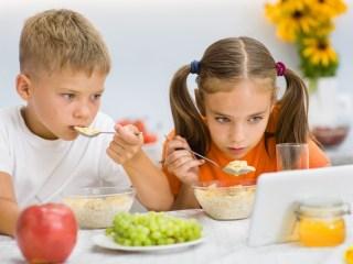 Porque seu filho não pode comer vendo TV! A razão real...