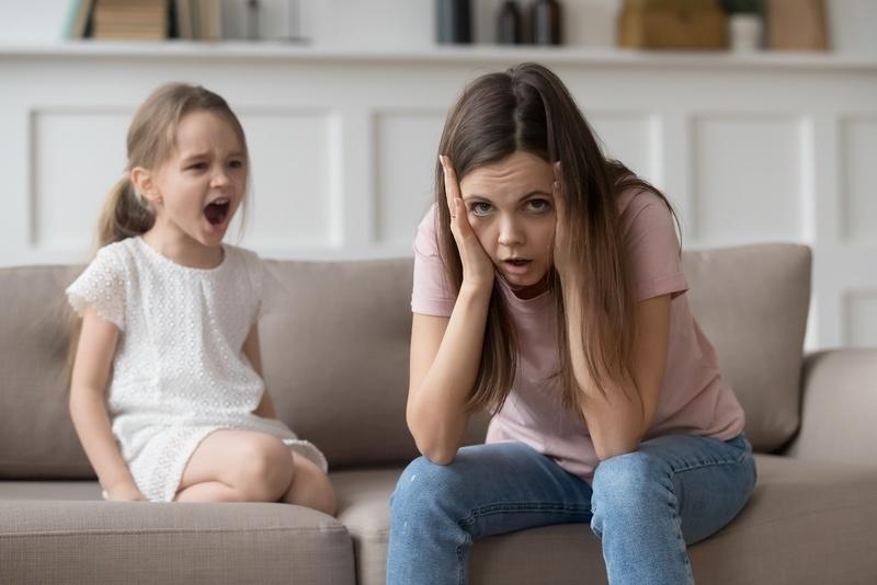 Você está exausta de ficar discutindo com seu filho todo santo dia. Mas não adianta a birra parece não ter fim. O que você pode fazer para resolver o problema do comportamento desafiador do seu filho?