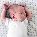De que lado o bebê deve dormir