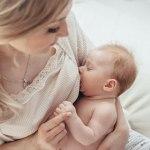 bebês que acordam para mamar