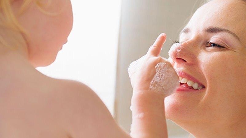 banho entre pais e filhos