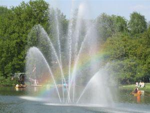Brunnen mit Regenbogenfarben