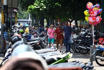 Wisatawan Melintasi Pedestrian di Dekat Lahan Parkir Sisi Timur Malioboro