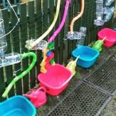 Gioco dei travasi con materiale di recupero: water area