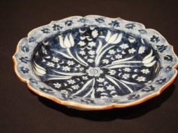 四代貴古作 お皿全体が青いお花になっています。