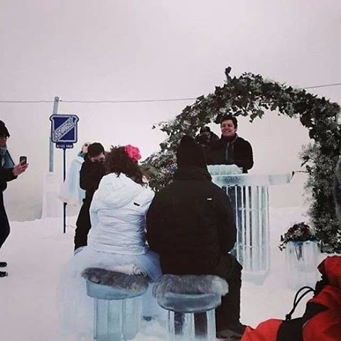 Casarse en la nieve. Esta pareja eligió la opción de casarse en la estación de esquí de Panticosa. Una ceremonia de boda civil a la que la novia llegó en trineo tirado por perros. https://youtu.be/7Vnja0LgLjY Www.maestrodeceremonias.es Tel 644 597 199Maestro oficiante de ceremonia de boda civil en toda España y en todos los idiomas#www.maestrodeceremonias.es #hotelayregrancolon #ceremoniasciviles #oficiantesdeceremonias #bodaeninglesaragón #ceremoniabilingüe #ceremoniasconencanto #oficiantesdeceremoniasmadrid#bodaspersonalizadas#bodaadomicilio #bodacivilmadrid #bodacivilpanticosa #ceremoniacivilaragón #casarseenlanieve #bodaenlanieve #bodaestacióndeski #bodablanca