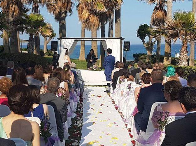 Maestra de ceremonias de boda civil bilingüe Torrequebrada Málaga. Preciosa ceremonia de celebración de boda civil con el mar al fondo. Www.maestrodeceremonias.esTel 644 597 199 #bodasenelmar #bodacivilbilingüe #bodacivilmalaga #bodaenmalaga #casarseenunjardin #casarseenelmar #maestradeceremonias ##toastmasterspain #toastmastermalaga #masterofceremoniesmalaga #weddingbythesea