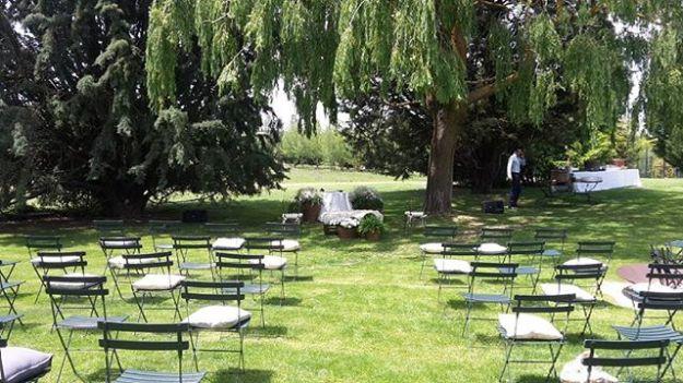 A punto de comenzar la celebración de la ceremonia de matrimonio civil en el Hotel Landa de Burgos, una torre traída piedra a piedra por la familia Landa que se erige en el centro de este magnífico hotel donde celebrar vuestra boda en los jardines y la piscina bajo las arcadas de la edificación presididas por una señorial chimenea son excepcionales.#WeddingOfficiantgburgos #maestrodeceremoniashotellanda #WeddingHostbodasburgos #weddingtoastmasterspain #bilingualofficiantspain #Hotellandawww.maestrodeceremonias.eswww.presentadordeeventos.com mc@maestrodeceremonias.es Maestros de Ceremonias y Presentadores Profesionales en toda España y en todos los IdiomasTel: 644 597 199