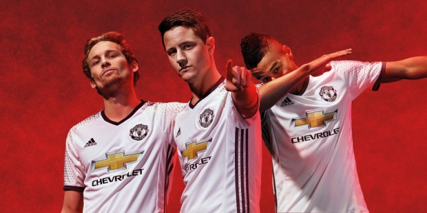 jersey bola manchester united away