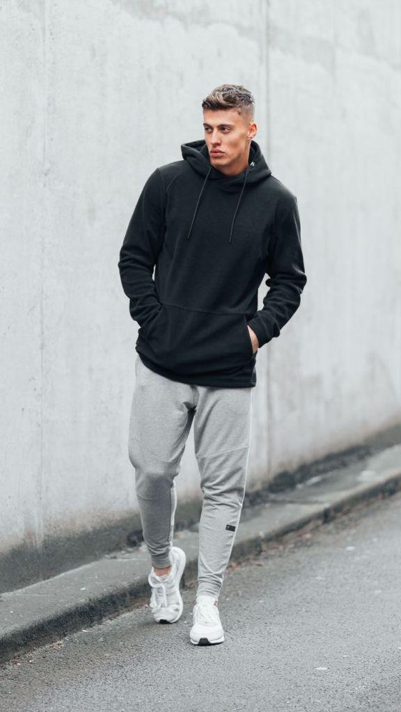 berlari dengan hoodie dan jogger pants