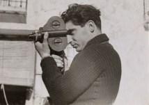 Robert Capa con su inseparable cámara