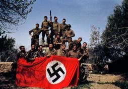 Miembros de una división blindada norteamericana posando con el tanque, Túnez, mayo 1943
