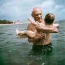 Pablo Picasso jugando en el agua con su hijo Claude, Vallauris, Francia, 1948