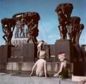 Niños jugando en el parque de esculturas de Gustav Vieglund, Oslo, Noruega, 1951.