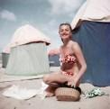 Mujer en bikini. Deauville, France, Aug. 1951.