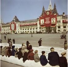 Los pequeños visitantes esperando a ver la tumba de Lenin en la Plaza Roja, Moscú, 1947.