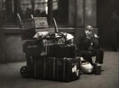 Niño de escuela con el equipaje, Londres, 1933