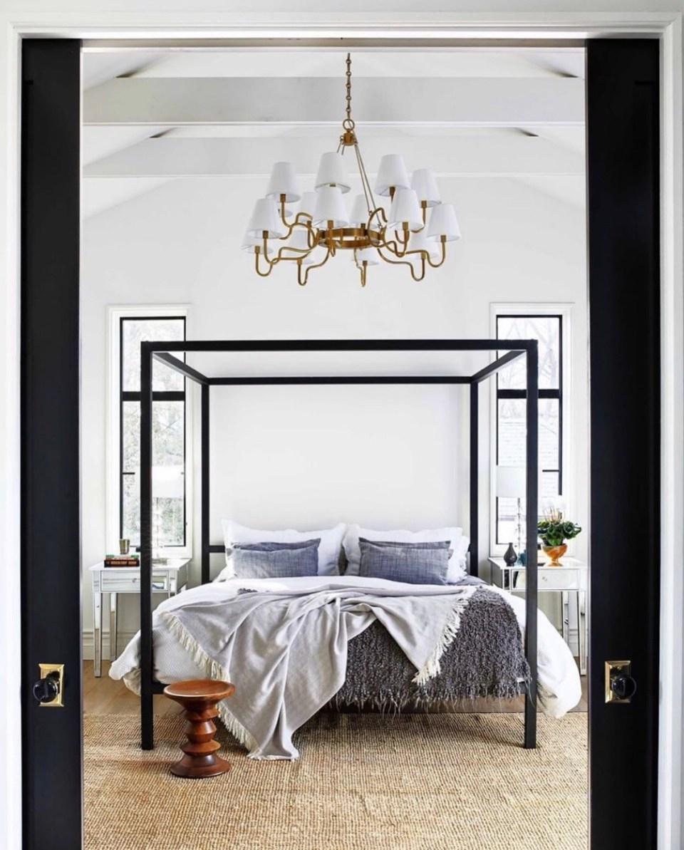потолки в дизайне интерьера белые деревянные балки