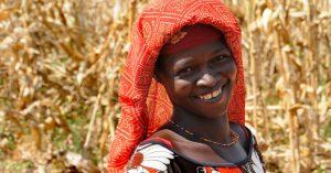 Femme rurale souriante