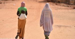 femmes vues de dos entrain de marcher